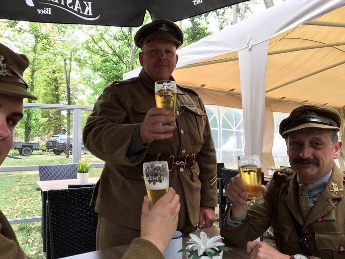 Britse re-enactors die taferelen uit de Eerste Wereldoorlog nabootsen, genoten het voorbije weekend van een Passchendaele-biertje.