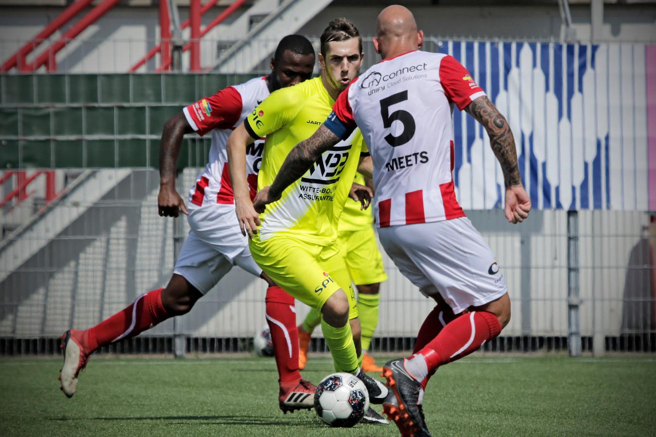 Bryan Smeets (rechts) op archiefbeeld tijdens de wedstrijd tegen HSV Hoek