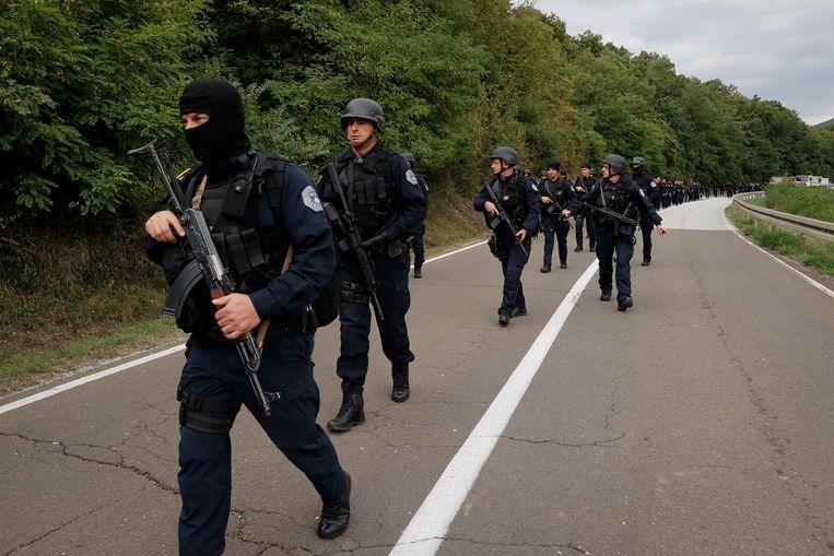 De Kosovaarse speciale politie op patrouille in het grensgebied tussen Kosovo en Servië.  Beeld EPA