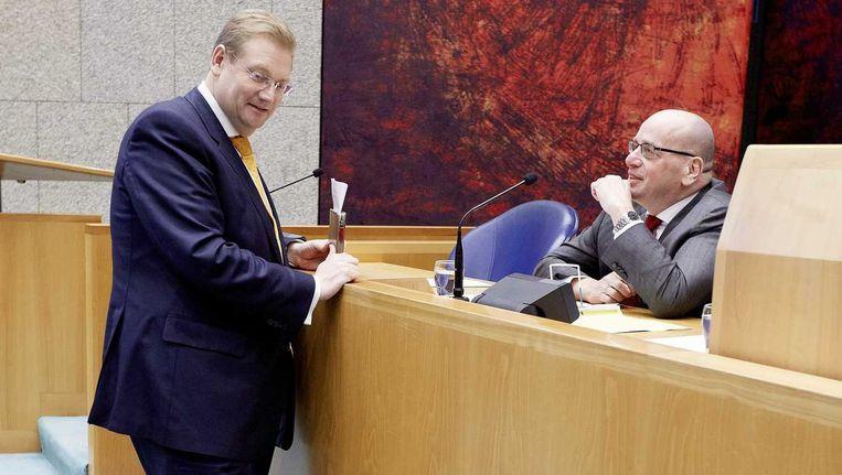 Staatssecretaris van Veiligheid en Justitie Fred Teeven (R) en VVD-Kamerlid Ard van der Steur tijdens het vragenuurtje in de Tweede Kamer. Beeld anp