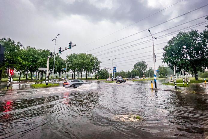 Veel regen in de Tongelresestraat.