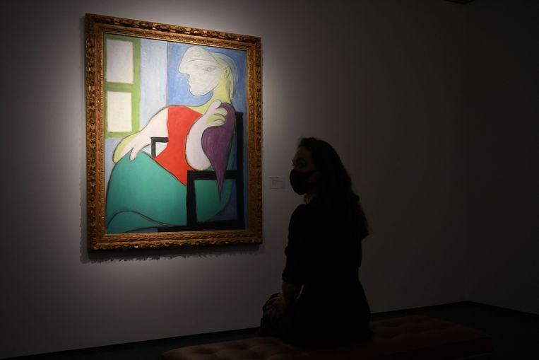 Het werk 'Femme assise près d'une fenêtre (Marie-Thérèse)' door Picasso is het vijfde schilderij van de Spaanse schilder dat voor meer dan honderd miljoen dollar van eigenaar is gewisseld.  Beeld AFP