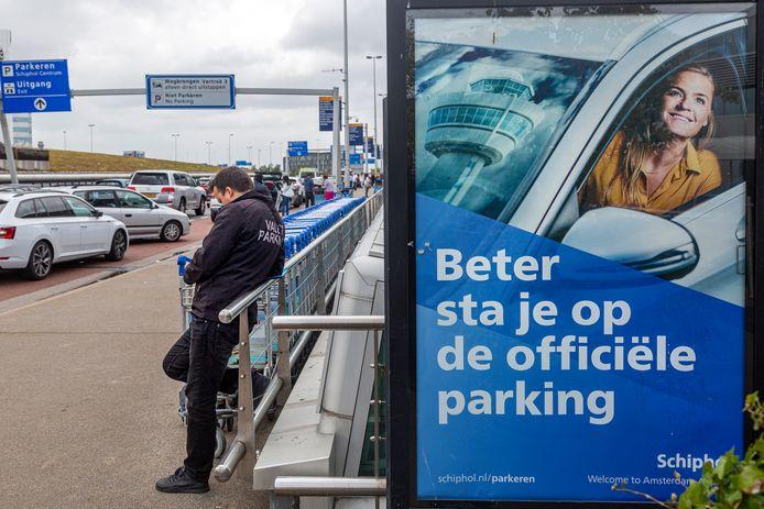 Een bord van Schiphol parking roept op tot het parkeren van auto's op het terrein van Schiphol en niet in zee te gaan met valetparkingbedrijven.