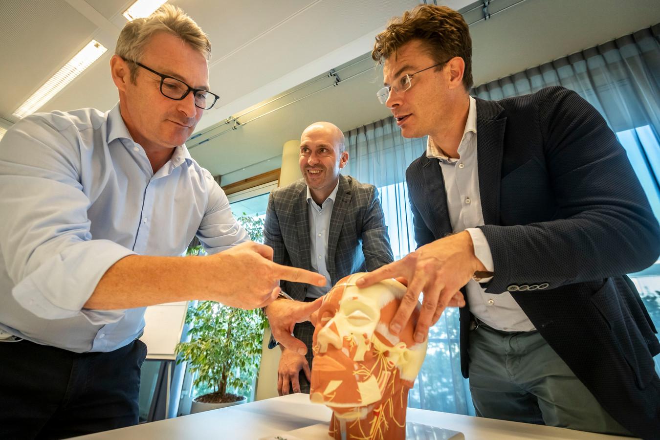 Salvia BioElectronics heeft een prototype gemaakt van een apparaat wat ervoor moet zorgen migraine klachten te verminderen. (Vlnr) Wim Pollet, Daniël Schobben en Hubert Martens.