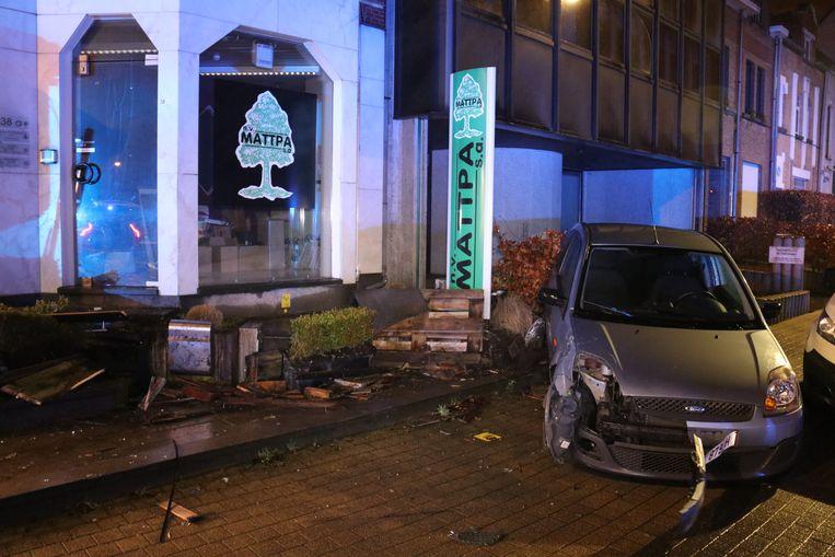 De chauffeur kwam even verderop tot stilstand en vernielde ook enkele bloembakken en een brievenbus.