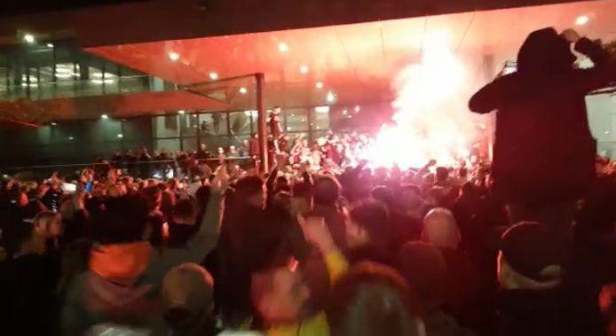Spelers en fans bouwen een feestje pal voor hotel Van der Valk, aan de rand van Deventer.