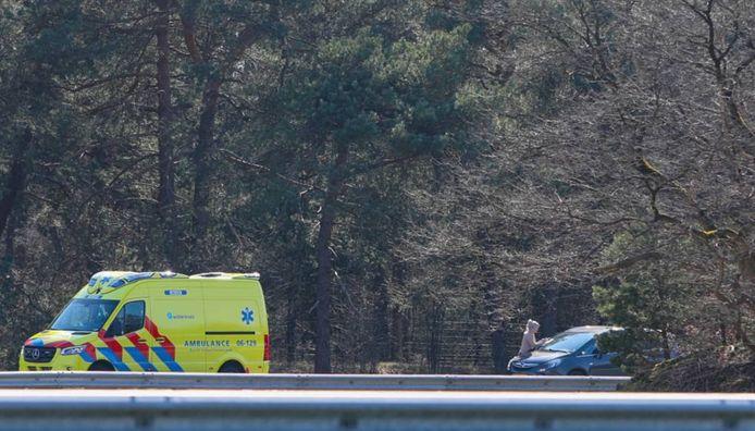 Een van de twee opgeroepen ambulances op de A1 bij Uddel.