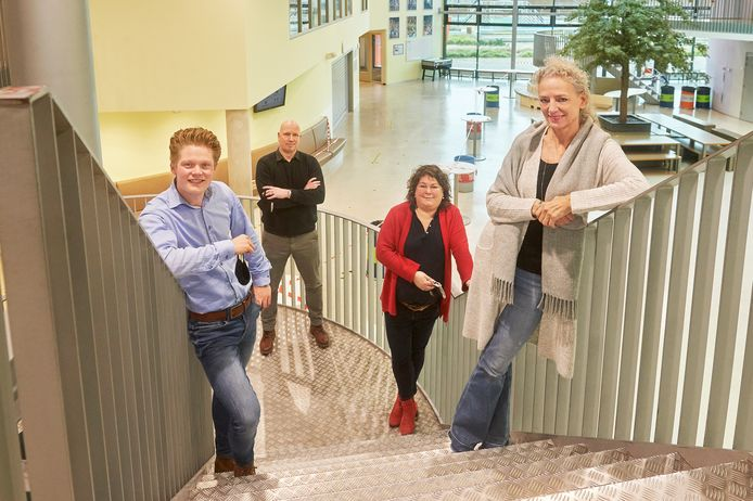 """Personeel van het Voortgezet Onderwijs Veghel op de trappen van het Zwijsencollege. Van links naar rechts Roy Cuppen, Dennis Meier, Sigrid Wittenbernds en Marie-José Verhoeven. ,,Het is een kwestie van creatief puzzelen en strak roosteren."""""""