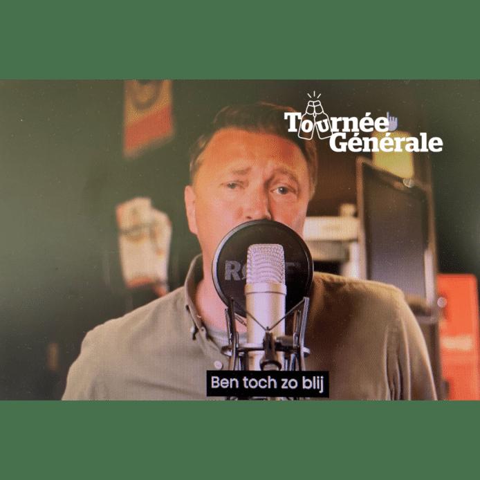 Uitbater Tom Sintobin van café Koornmarkt in Izegem achter de micro.