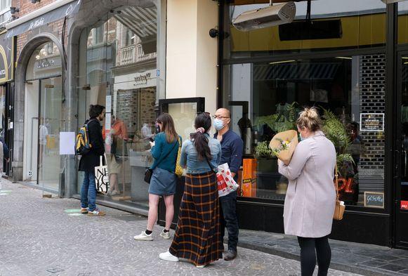 Aanschuiven bij De Walvis in de Mechelsestraat. Voedingswinkels kregen meer volk over de vloer.