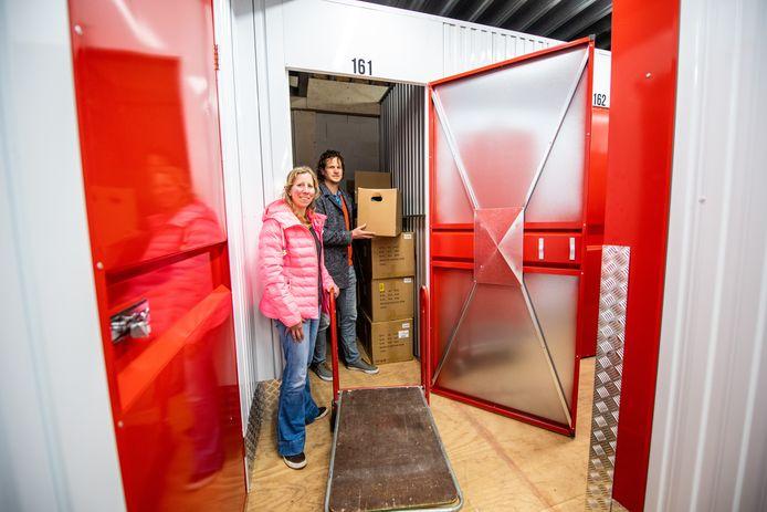Niels en Paula Fokkema bij hun opslagruimte in Nieuwkoop.