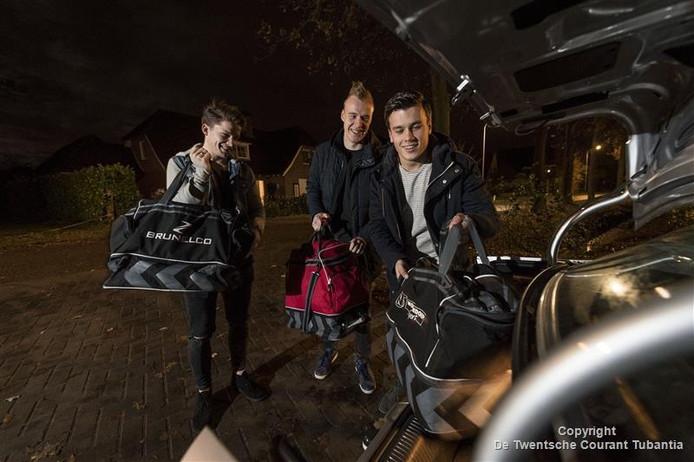 Sjoerd Visschedijk, Mika Beukert en Joost Screever (vanaf links) laden de auto van eerstgenoemde vol, voordat de trip naar Groningen kan beginnen.