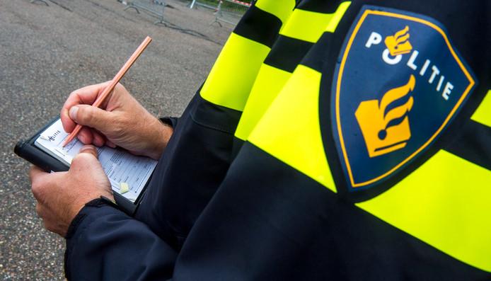 Het roepen van antisemitische leuzen naar de spelersbus van Ajax leverde een boete van 500 euro op.