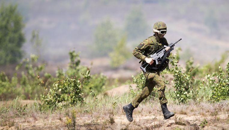 Een Litouwse militair neemt deel aan een grootschalige NAVO-oefening in zijn land. Beeld AP