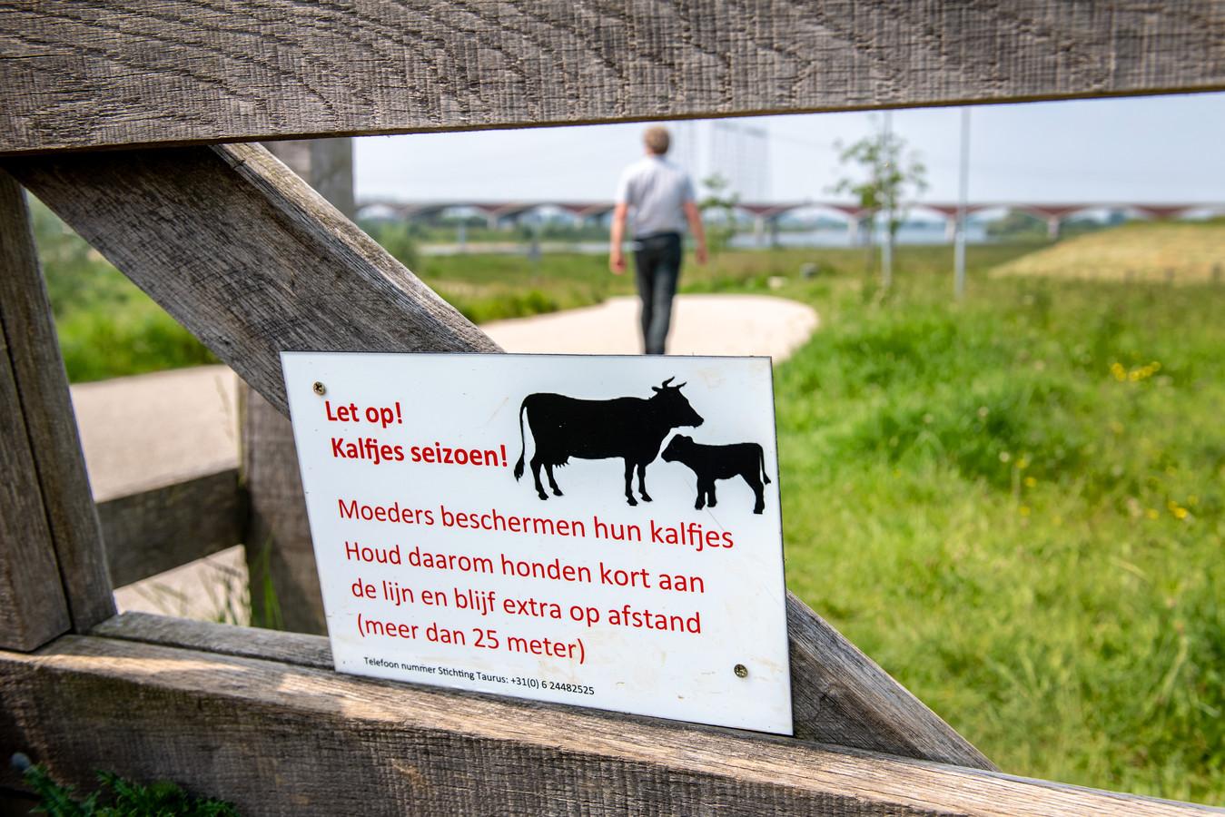 Met deze borden aan de toegangspoorten wijst Stichting Taurus op het extra gevaar nu moederdieren hun kalfjes willen beschermen.