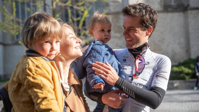 """Leendert fietst 1000 kilometer om kinderziekenhuis te bedanken voor goeie zorgen: """"Ons Minne (1) lag twee weken aan de beademing"""""""