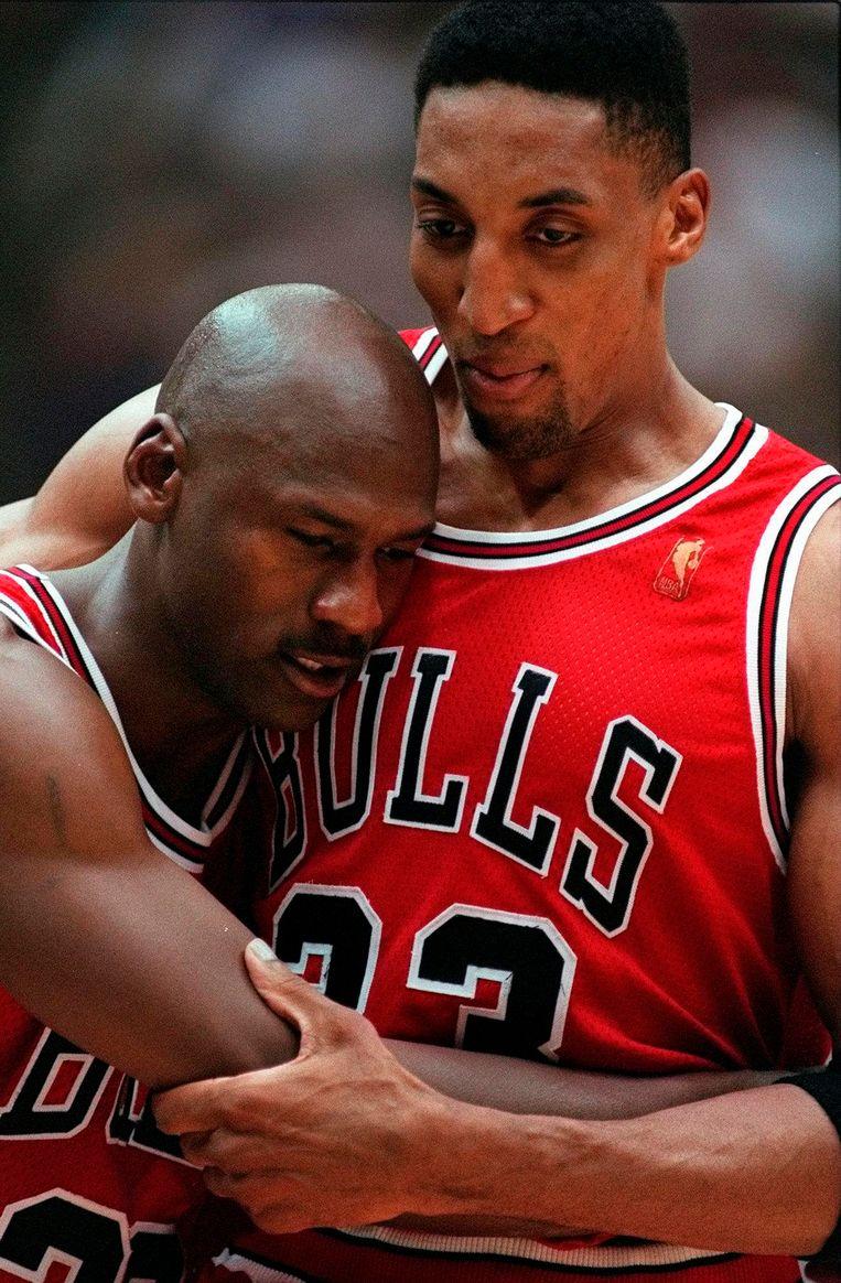 Jordan in de armen van vriend Scottie Pippen. Beeld AP