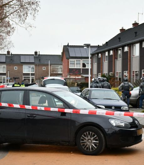 Zwaarbewapend politieteam valt woning in Vroomshoop binnen, één aanhouding