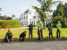 Mensen met verstandelijke beperking schoffelen graag in de moestuin van Paleis Soestdijk
