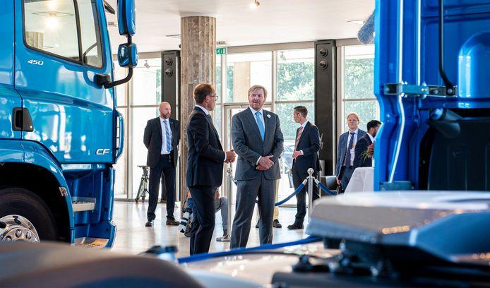 Koning Willem-Alexander in gesprek met DAF-topman Harry Wolters.