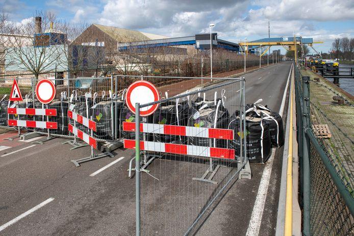 De vanwege verzakkingsgevaar sinds eind februari afgesloten Westkade in Sas van Gent, ter hoogte van kunstmestfabriek Rosier.