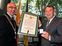 Penning en oorkonde voor burgemeester Ruhr van Michelstadt (rechts) uit handen van ambtgenoot Mulder.