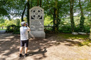 Een Duitse toerist maakt woensdagmiddag een foto van de gedenksteen van Thomas a Kempis bij de Zwolse begraafplaats.