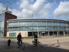 Geen bier, wel barkruk aan balie gemeentehuis Boxmeer