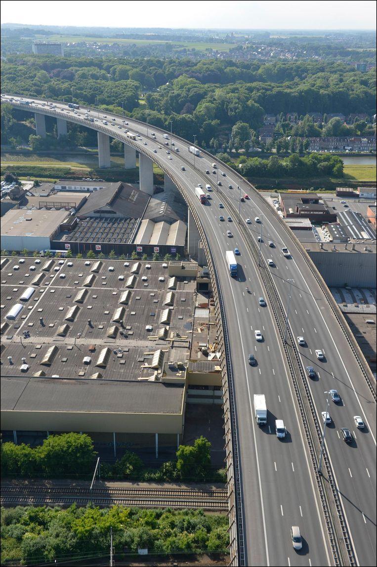 Het bekende viaduct is na 40 jaar nog stevig genoeg om twee extra rijstroken te dragen.