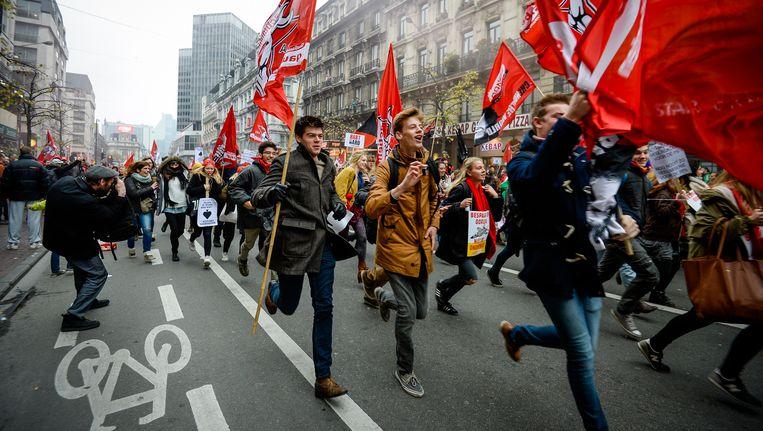 Manifestanten lopen door de Brusselse straten. Beeld BELGA