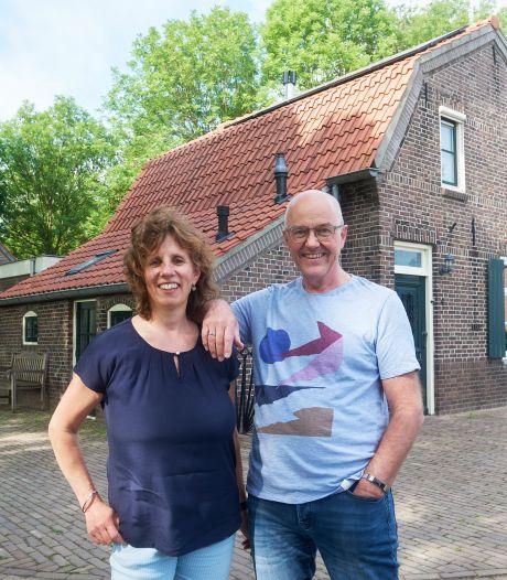 Zonder te kijken boden Theo en Hannie op deze oude smederij: 'Mooier kun je niet wonen, toch?'