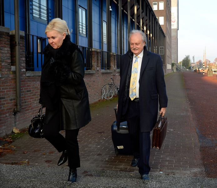 Het echtpaar Visser op weg naar de rechtbank in Almelo.