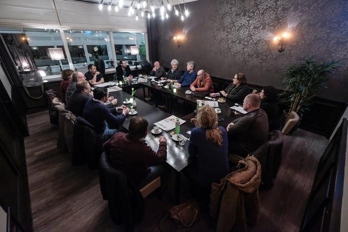 De deelnemers aan de discussie bij Den Bremer in Toldijk over de naderende gemeenteraadsverkiezingen in Bronckhorst.
