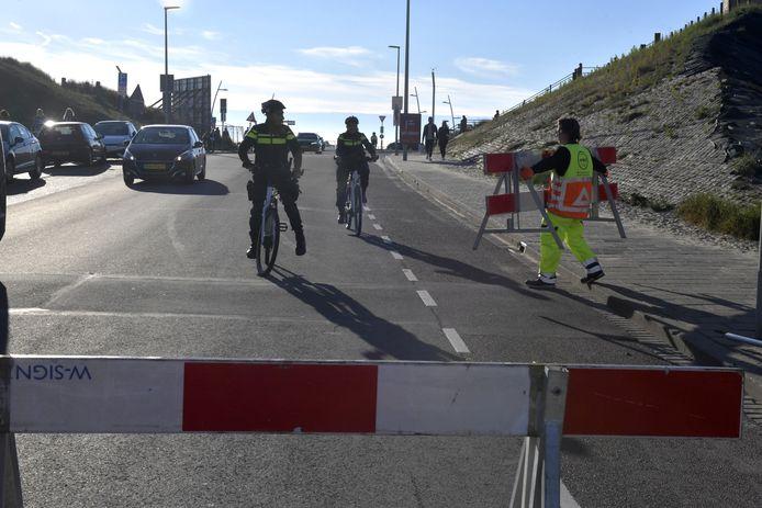 In de strijd tegen overlast op Scheveningen komt gemotoriseerd verkeer de Strandweg na de middag niet meer op. Elke avond gaat de route op slot met hekken, beveiligers en verkeersregelaars.