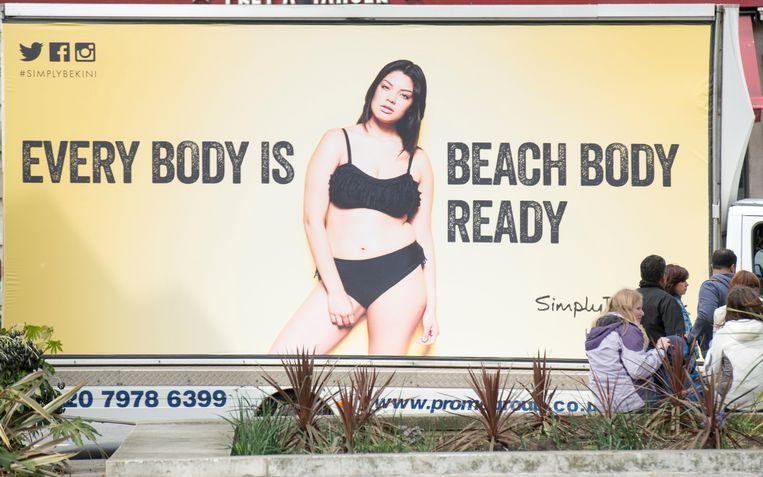 Een poster ter protest tegen de reclame van het afslankmiddelenbedrijf Protein World. Beeld Photo News
