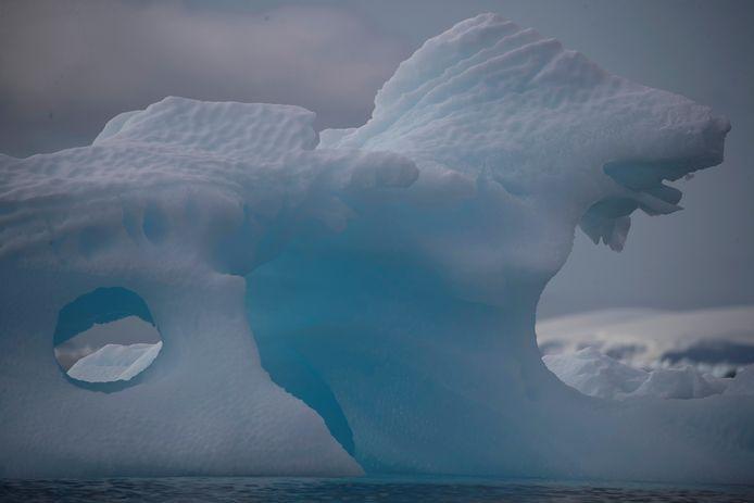De meteorieten werden op Antarctica bij elkaar gesprokkeld op de blauwe ijsvelden. Die blauwe ijsvelden zijn oude ijslagen die door begraven gebergteketens worden omhooggestuwd.