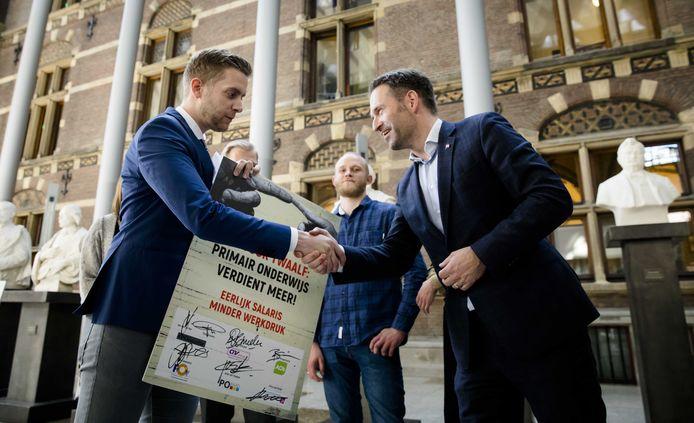 Met PO in Actie wist mede-oprichter Jan van de Ven (links) honderdduizenden handtekeningen te verzamelen en tienduizenden leraren naar het Zuiderpark te krijgen, uit protest tegen hoge werkdruk en slechte salarissen.