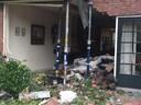 De gevel van de woning in Bilthoven is gestut, nadat vannacht een Tesla naar binnen was gereden.