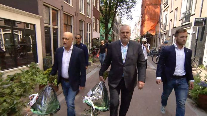 Peter Schouten en Onno de Jong leggen bloemen ter ere van Peter R. de Vries.