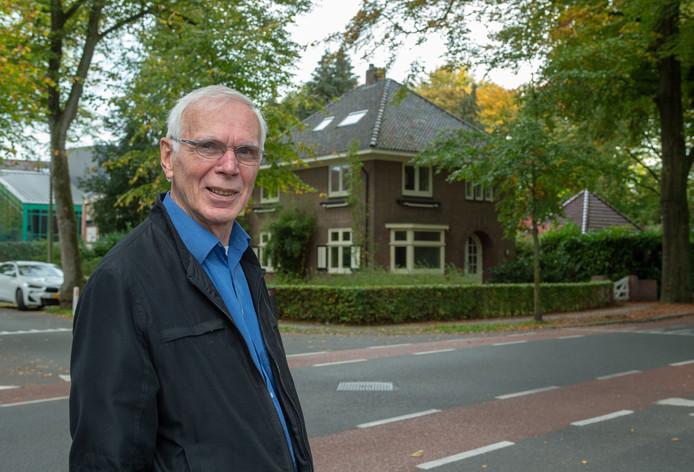 Voorzitter van de stichting Vrijwillige Hulpdienst De Kruimelschaar, Leo Eland, bij de nieuwe locatie voor het hospice.