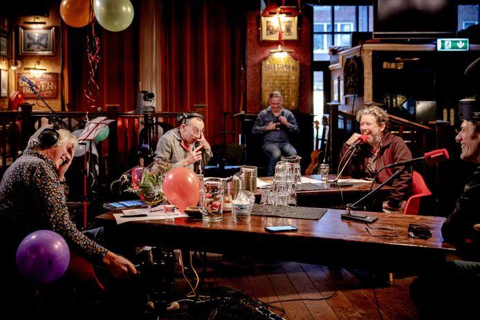 Felix Meurders tijdens zijn laatste uitzending van radioprogramma Spijkers met Koppen.