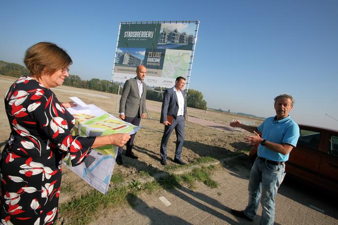 Wethouder Wilma Baartmans bekijkt met de kaart in de hand waar alle nieuwe woningen in de tweede fase van het bouwplan in Steenbergen gaan komen.