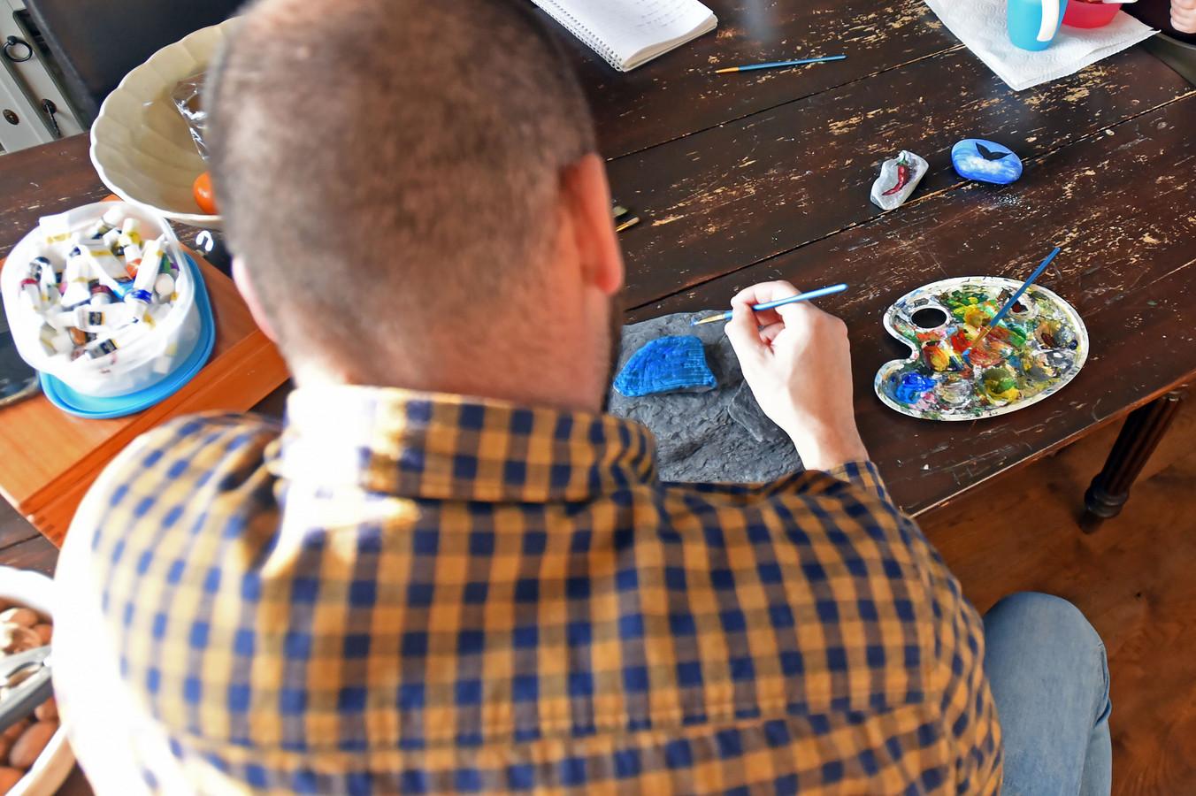 De kunstenaar achter Backroad-Rocks aan het werk.