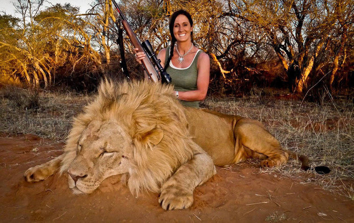 "Fervent jager Melisssa Bachman maakte veel mensen boos door naast een dode leeuw te poseren. Bachman plaatste deze foto op Twitter, met deze tekst: ""An incredible day hunting in South Africa! Stalked inside 60 yards on this beautiful male lion ... what a hunt!"" Inmiddels is haar account verwijderd."