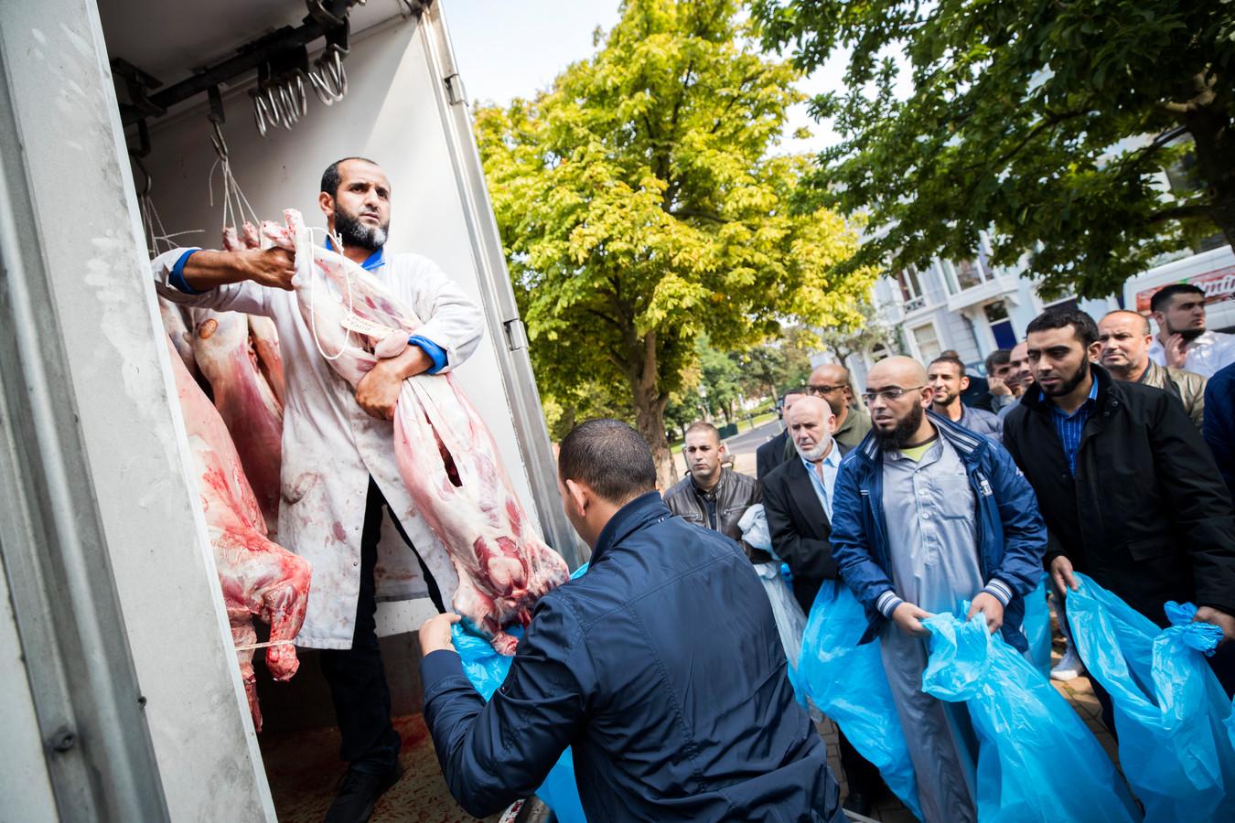 Klanten halen lamsvlees bij islamitische slagerij Rif in Den Haag tijdens het offerfeest in 2017.