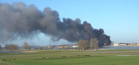 Brandweer massaal uitgerukt voor zeer grote brand in fabriek Vuren, rook trok naar Brakel