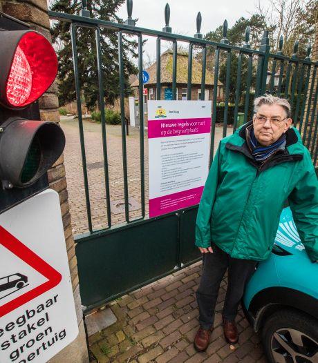 Invalide bezoekers kunnen begraafplaats Westduin niet op: 'Mensen staan huilend voor de hekken'