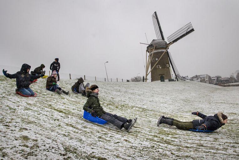 Sneeuwpret in de Hoeksche Waard, Zuid-Holland. Beeld Arie Kievit