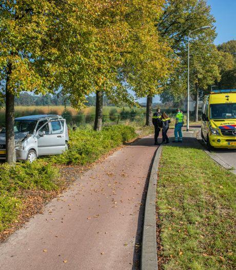 Auto botst tegen boom in Wouw, bestuurster naar het ziekenhuis