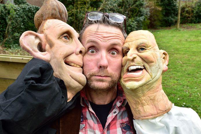 Evert Josemanders met karikatuurpoppen van zanger Gordon (rechts, pruik ontbreekt) en zichzelf.